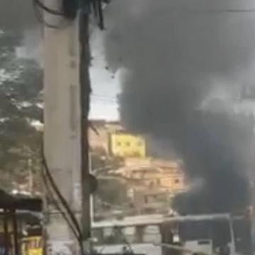 Criminosos ateiam fogo em ônibus e bloqueiam via em Costa Barros