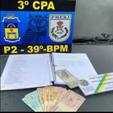 PMs prendem miliciano em Belford Roxo com dinheiro e caderno de contabilidade