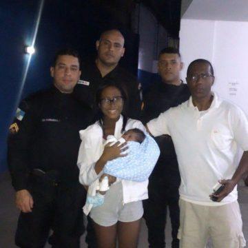 Policiais militares salvam bebê que estava engasgado em Nova Iguaçu
