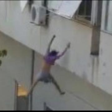 Jovem pula de janela para fugir de traficantes sexuais