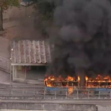 Incêndio atinge ônibus do BRT próximo à estação Madureira