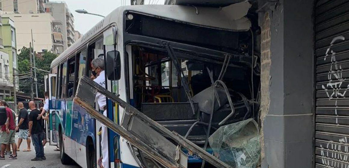Ônibus invade calçada, bate em porta de loja na Tijuca e deixa feridos