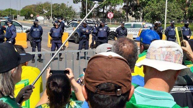 Bolsonaristas seguem na Esplanada e ameaçam invadir a pista que dá acesso ao STF