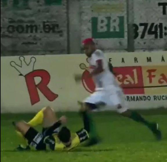 """LOUCO:""""Jogador agride árbitro com chute na cabeça e acaba preso"""""""
