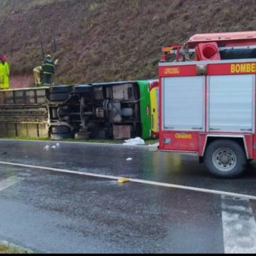 BR-040: ônibus de turismo tomba e deixa um morto e 44 feridos