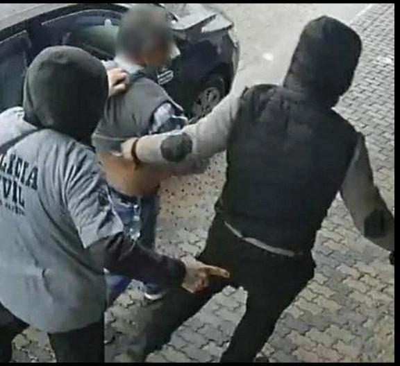 """MANÉ:""""Bandido com camisa da Polícia Civil é flagrado em assalto no interior do Rio"""""""