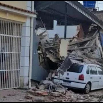Prédio de três andares desaba na Baixada e duas pessoas são resgatadas